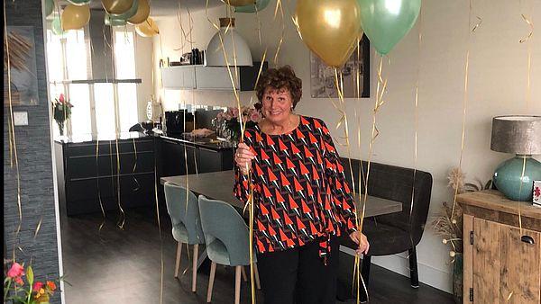 Anita in haar nieuwe keuken.